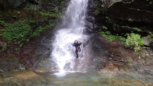 滝に打たれながら進むしかない…