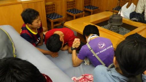 下山後、ふもとの温泉では人知れず腕相撲大会が行われていました。