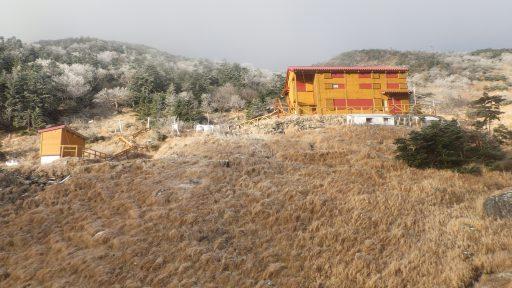 茶臼小屋。これ以上は雪景色。