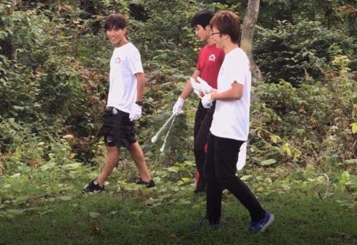 清掃活動中の新人3人